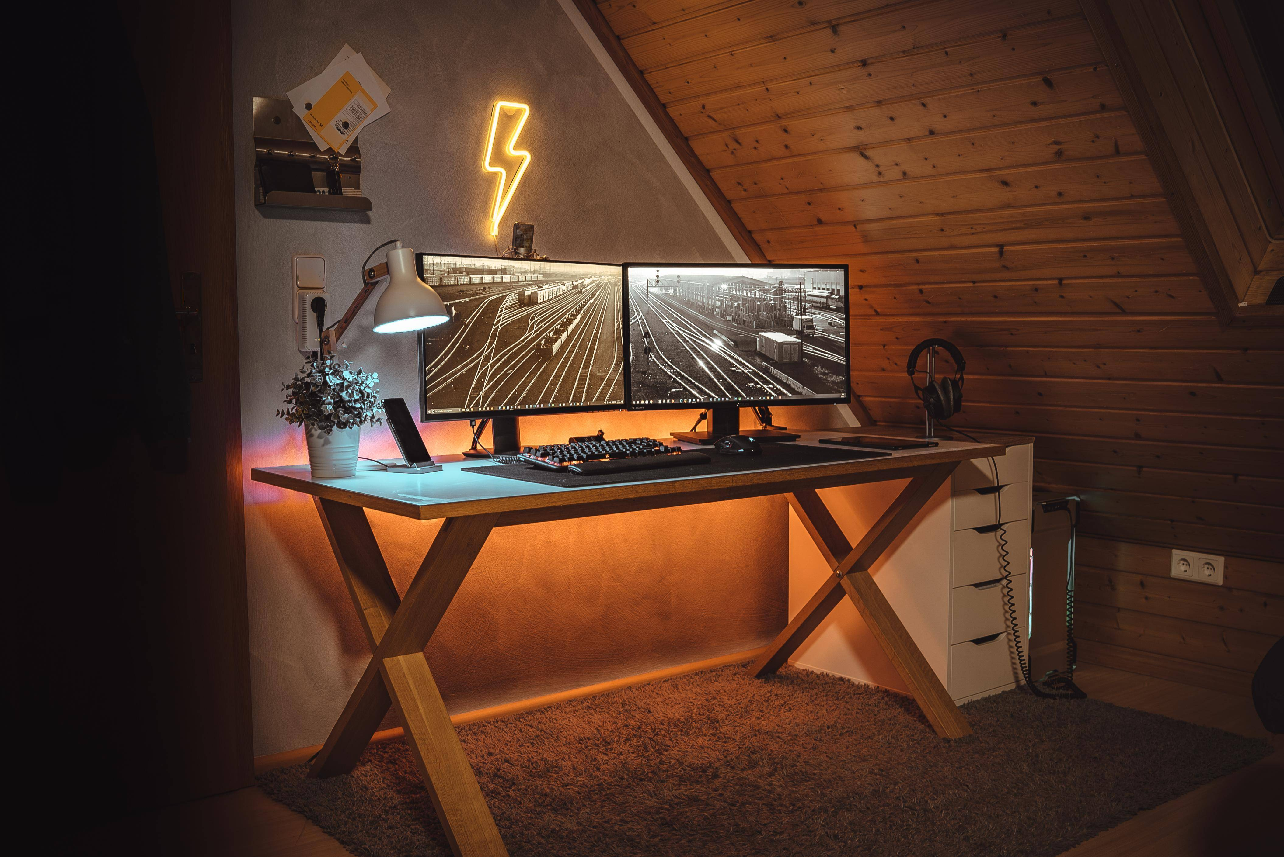 """PaulArthur's Setup - """"coziest place in the house""""   Scooget"""